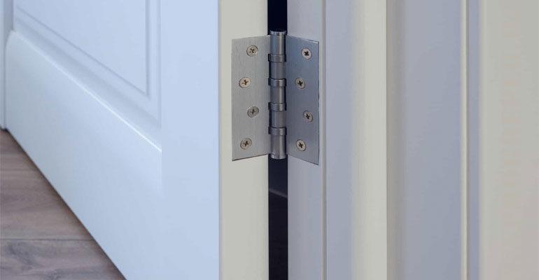 Петля на двери