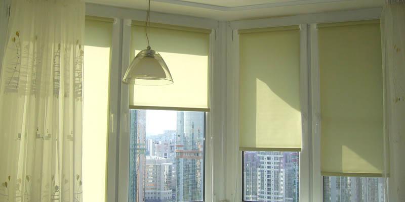 Рулонные шторы на окне